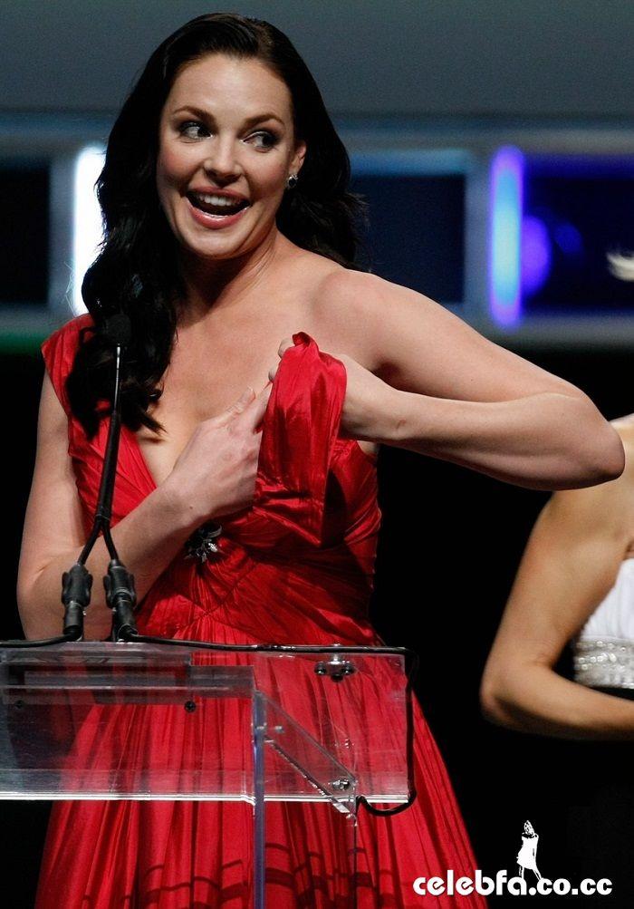 صحنه پاره شدن لباس کاترین هیگل در مراسم شووست Showest